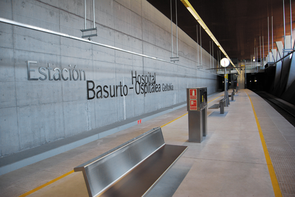 Basurto-Hospital: estación moderna y accesible