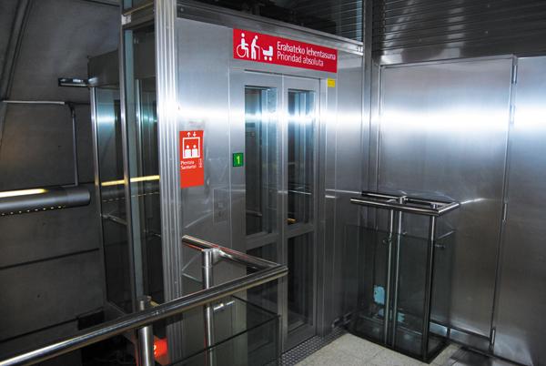 En el ascensor - 2 6